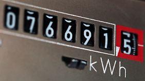 EEG-Umlage erhöht sich 2014: Strom-Kunden müssen wieder draufzahlen