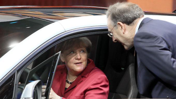 """""""So offen hat es noch niemand gemacht"""": Merkel mit BMW-Chef Norbert Reithofer."""