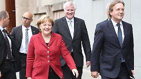 Die Unionsspitze nach dem Sondierungsgespräch. Angela Merkel äußerte sich auch dieses Mal nicht persönlich.