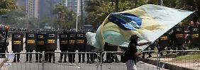 """""""Ordem e Progresso"""": Ein massives Polizeiaufgebot riegelt den Ort der Öl-Auktion ab."""