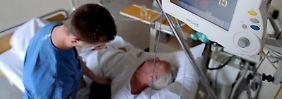Schlaganfallpatienten müssen oftmals intensivmedizinisch betreut werden.