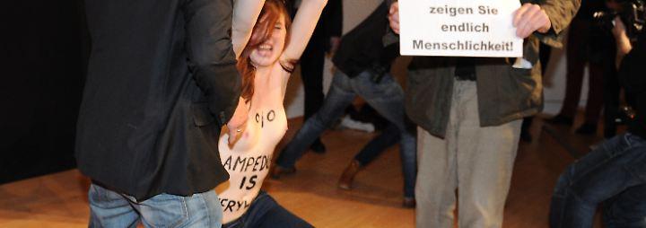 """.... stürmen mehrere Aktivistinnen der Gruppe """"Femen"""" die Bühne. Ihr Erkennungszeichen: keine Oberbekleidung,"""