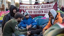 Besonders in Berlin demonstrierten Flüchtlinge immer wieder für ihre Rechte - und traten im Oktober sogar in einen Hungerstreik am Brandenburger Tor ein.