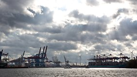 Wolken ziehen sich über dem Hamburger Containerhafen zusammen. Auch die kommende Woche bringt Wind und Regenwolken.