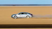 Speed-Junkies, die im Staub der Kalahari-Wüste ihre Adrenalinverträglichkeit testen. Hier rast ein Volkswagen CC druch den Sand.