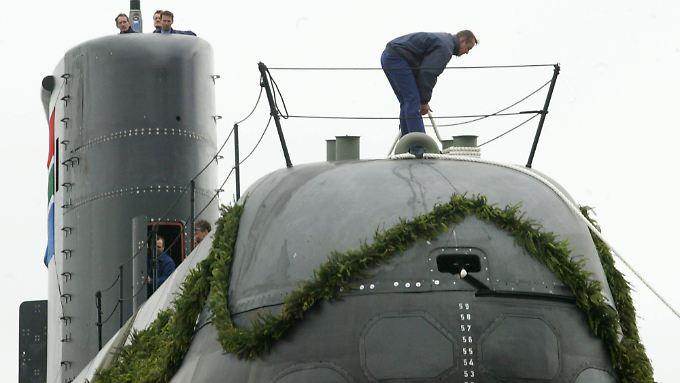 Werftarbeiter bereiten ein U-Boot der Klasse 209 zur Übergabe an die Marine Südafrikas vor.