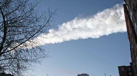 Der Kondensstreifen des Meteoriten über der Stadt Tscheljabinsk. (Archivbild 15.02.2013)