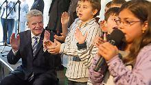 Bundespräsident besucht Sinti und Roma: Gauck fordert mehr Offenheit