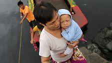 """Dieser kleine Philippino erlebt vielleicht trotz seines Alters wohl nicht die erste Naturkatastrophe seines Lebens: Wenige Wochen zuvor suchten die Wirbelstürme """"Nesat"""" und """"Nalgae"""" das Land heim und überfluteten ganze Gegenden."""