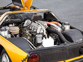 1976 fliegen die Kreiskolben raus, und hinter den Sitzen montieren die Ingenieure den drei Liter großen Fünfzylinder aus dem 240D 3.0.