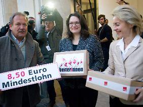Ursula von der Leyen von der CDU muss ein schweres Forderungspaket tragen. Die Noch-Arbeitsministerin lächelt trotzdem.