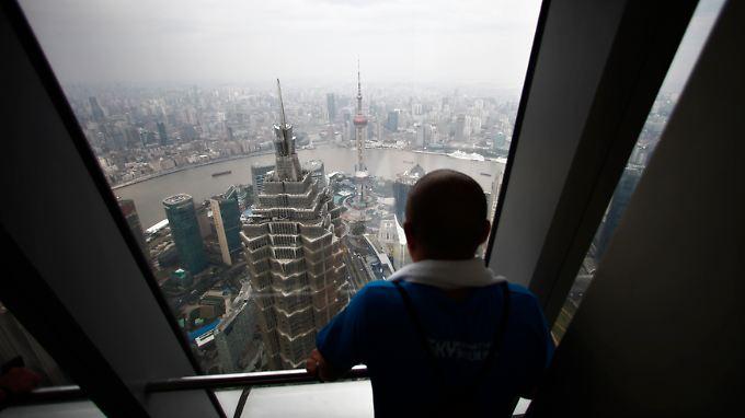 Blick aus dem Shanghai World Financial Center auf die Skyline der chinesischen Millionenmetropole: Wie das berühmte US-Vorbild schläft sie nie.