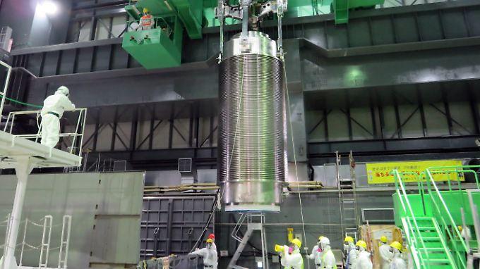 Die Brennstäbe werden in tonnenschweren Behältern abtransportiert.