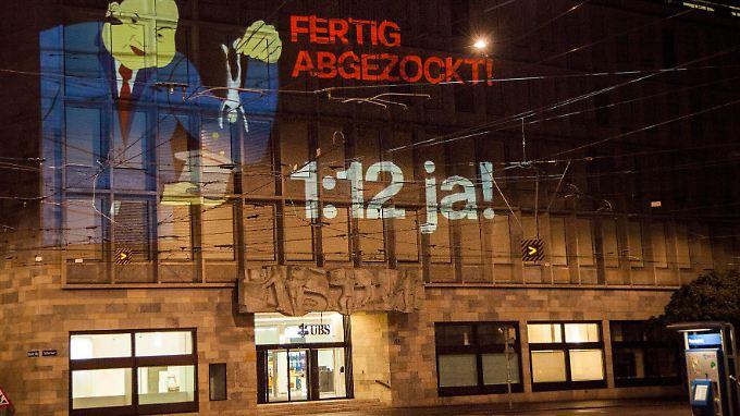Mit einem riesigen Beamer projizierten die Jungsozialisten Werbung auf die UBS-Konzernzentrale in Zürich.