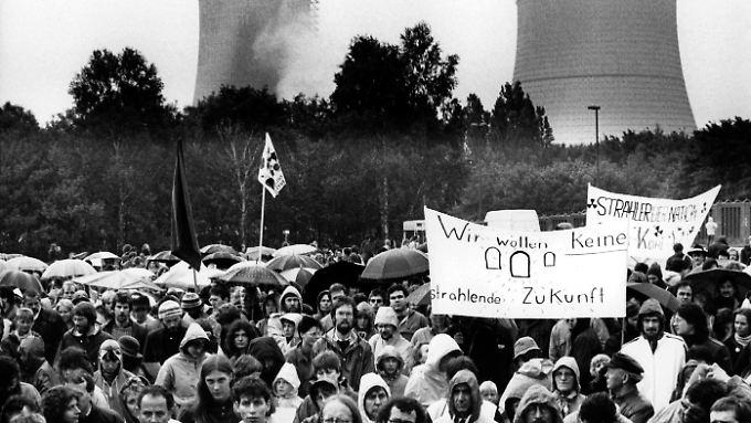 Gegner des Hochtemperatur-Reaktors Hamm-Uentrop bei einer Protestveranstaltung im Juni 1986. Ein Jahr später wurde die Anlage stillgelegt.