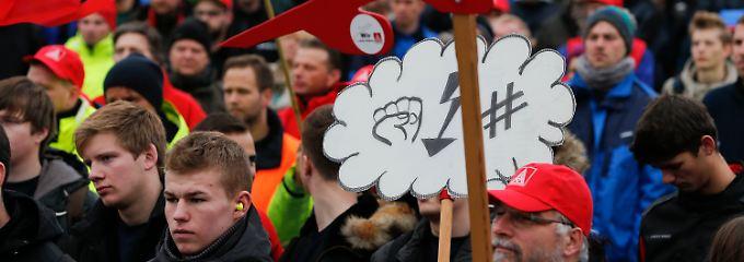 Airbus-Mitarbeiter demonstrieren in Hamburg vor dem Airbus-Werksgelände in Finkenwerder.