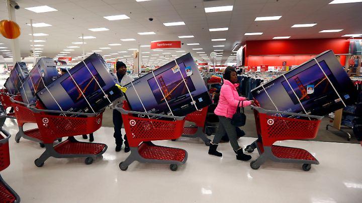 """In den USA plündern am """"Black Friday"""" die Kunden die Elektromärkte, in Deutschland findet die Schnäppchenjagd vor allem online statt."""