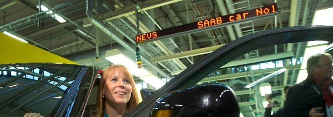 """Glücklicher Neubeginn in Trollhättan: Schwedens Wirtschaftsministerin Annie Lööf im """"neuen Saab Nr. 1""""."""