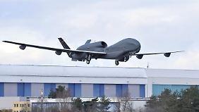 Umfrage: Soll die Bundeswehr waffenfähige Drohnen bekommen?