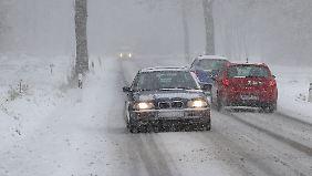 Gefährliche Straßenverhältnisse: Glatteis und Schnee lassen es mehrmals krachen