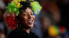 Der Sprechgesang ist ohrenbetäubend, und zeigt, wie sehr die Südafrikaner ihren Nationalhelden lieben.