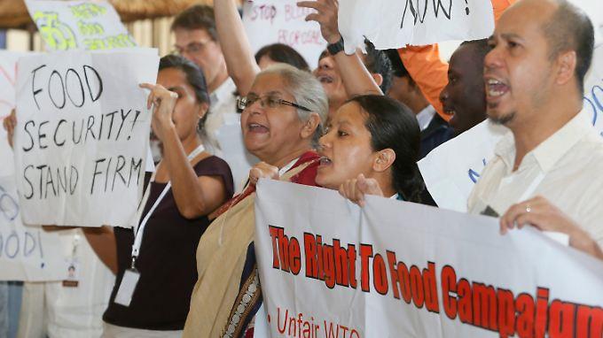 Inder demonstrieren in Bali für ihr staatliches Nahrungsmittelprogramm.