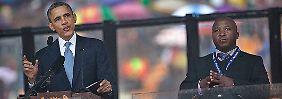 Der Mann, rechts im Bild, wiederholt seine Gebärden ständig.
