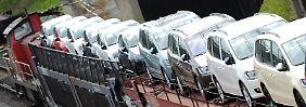 Neuwagen von Volkswagen werden auf Güterwaggons transportiert.