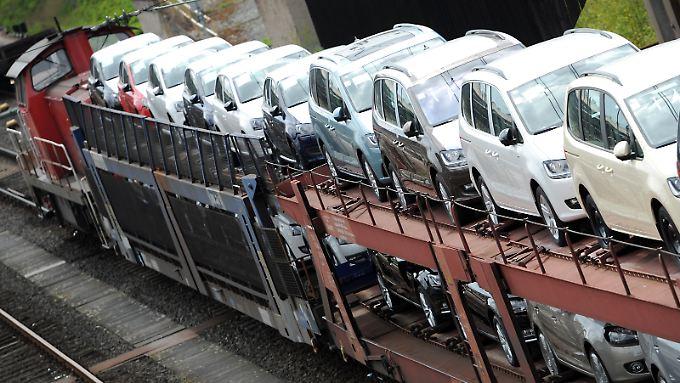 Neuwagen von Volkswagen rollen auf Güterwaggons Richtung Händler.