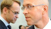 """""""Es wird immer noch als ungewöhnlich empfunden, sich als Mann für seine Familie zu entscheiden"""": Jörg Asmussen gilt als renommierter Verhandlungstaktiker (hier im Bild mit Bundesbank-Chef Jens Weidmann, l.)."""