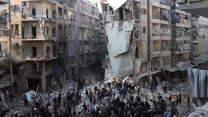 Zerstörte Häuser in Aleppo. Mitte Dezember bombardierte die syrische Armee die Stadt mit Fassbomben.