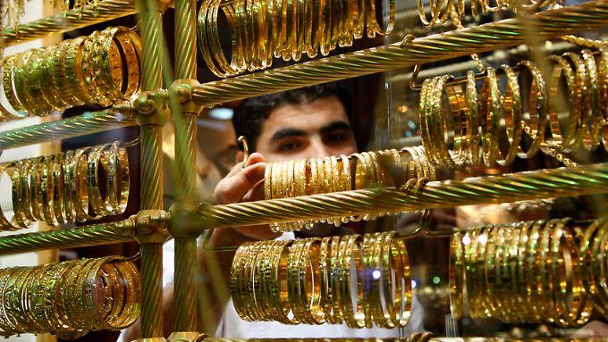 Der Goldpreis sinkt. Das bekommt auch dieser Händler im jordanischen Amman zu spüren.