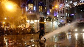 Die Demonstranten werden sofort in die Seitengassen abgedrängt.