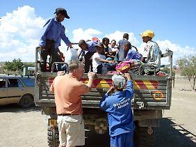 Schulze Neuhoff (vorn l.) hilft als Fahrer mit seinem Unimog aus, um einige der Kinder zur Schule in Nabasib zu fahren.