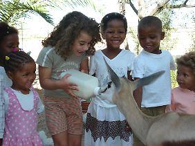Die Kinder auf der Farm von Uwe und Kathrin Schulze Neuhoff in Namibia wollen das Springböckchen Susi mit der Flasche füttern.