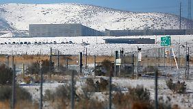 Zäune, die auch schwere Fahrzeuge nicht durchbrechen können, schützen das Utah Data Center der NSA.