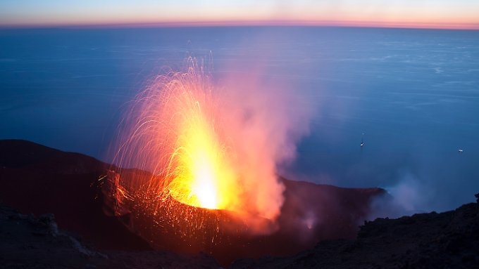 One of the regular small eruptions of the volcano Stromboli Italian. His last large outbreak is back about 70,000 years.