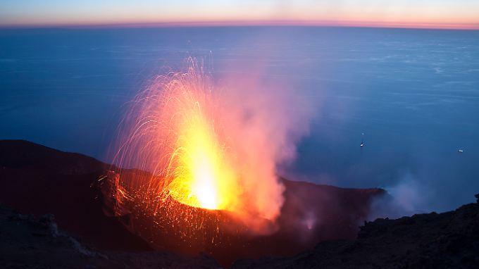 Einer der regelmäßigen kleinen Ausbrüche des italienischen Vulkans Stromboli. Sein letzter großer Ausbruch  liegt etwa 70000 Jahre zurück.