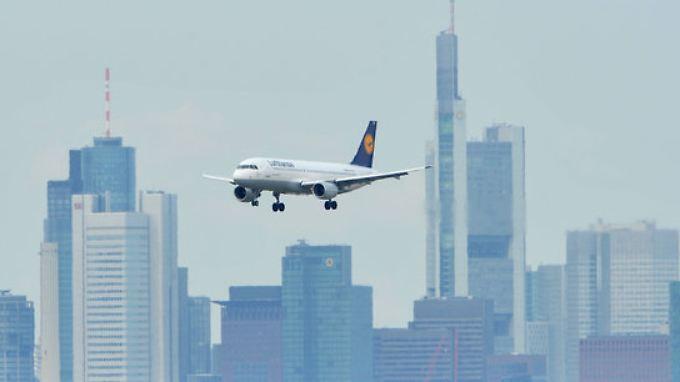 Ein Flugzeug der Lufthansa landet in Frankfurt am Main.