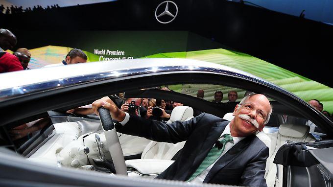 Vorstandsvorsitzender Dieter Zetsche sitzt im neuen Concept S-Class Coupe. Bei den Wachstumszahlen kommt Freude auf.