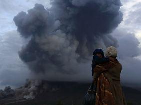 Der Berg spuckt Gas und Asche in den Himmel.
