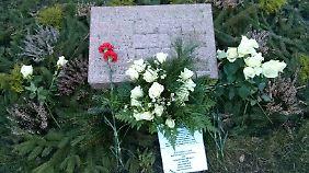"""Seit 2006 erinnert ein kleiner Stein auf dem Geländer der """"Gedenkstätte der Sozialisten"""" an die Opfer des Stalinismus."""