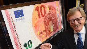 EZB-Direktor Yves Mersch stellt in Frankfurt den neuen Geldschein vor.