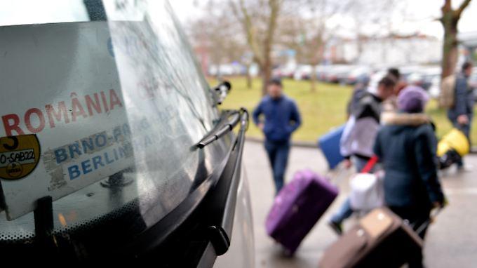 Ein Reisebus aus Rumänien trifft am Zentralen Omnibusbahnhof in Berlin ein.