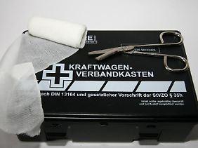 Neben den bereits vorgeschriebenen Bestandteilen im Erste-Hilfe-Set müssen laut der neuen Norm zum Beispiel Fingerkuppenverbände und ein Verbandspäckchen in Kindergröße an Bord sein.