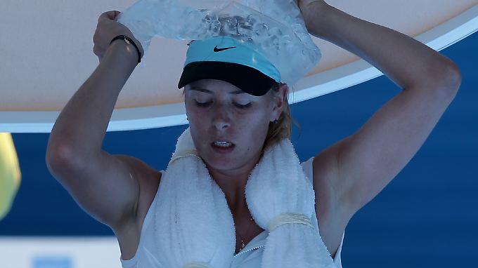 Die ehemalige Weltranglisten-Erste Maria Scharapowa trotzt der Hitze ganze 3:28 Stunden.