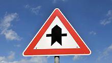 Wer Vorfahrt hat und nach kurzem Blinken doch geradeaus fährt, muss bei einem Unfall für den entstandenen Schadens mitaufkommen.