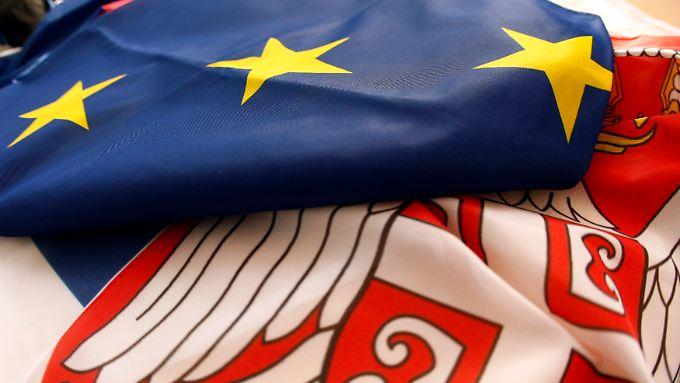 Farblich passen die Fahnen der EU und Serbiens sehr gut zusammen.
