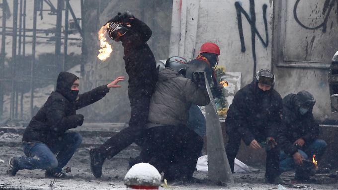 Molotow-Cocktails und Steine: Mit friedlichen Protesten haben die Swoboda-Anhänger wenig am Hut.