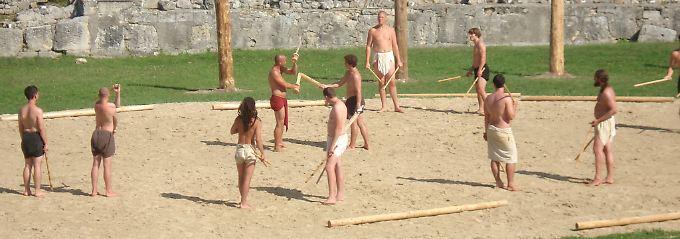 Der Stockkampf ist Teil der Ausbildung.